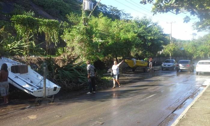 Chuva provcou estragos em Niterói. Em Charitas, dois barcos foram arrastados para a pista Divulgação / O Globo