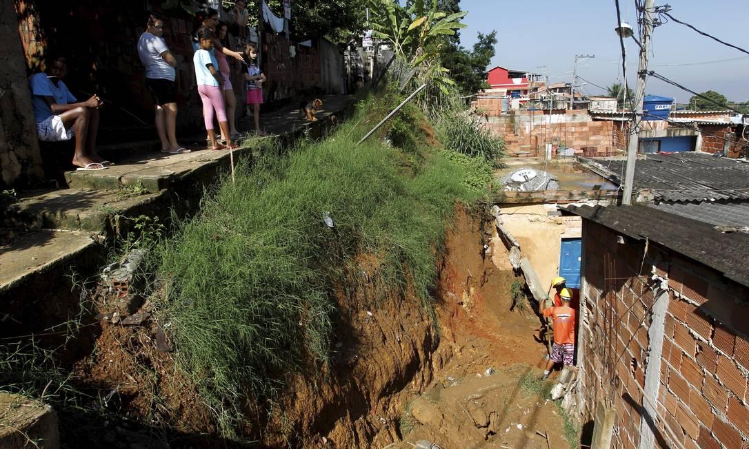 Moradores do Morro do Palácio, no Ingá, observam trabalho de funcionários da prefeitura no local onde houve o desabamento Gabriel de Paiva / Agência O Globo