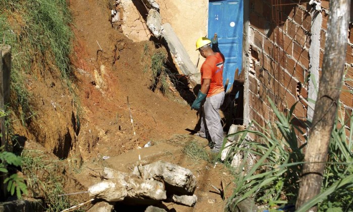 Em Niterói, desabamento deixou uma adolescente morta e duas pessoas feridas. Na foto, funcionário da prefeitura trabalha no Morro do Palácio, onde houve a ocorrência O Globo