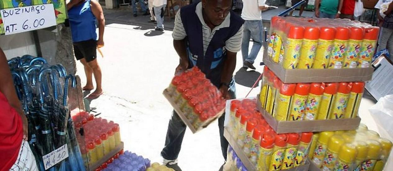 Última operação para recolher sprays de espuma no Rio aconteceu em 2011, quando a liminar foi derrubada temporariamente Foto: Bruno Gonzalez / Arquivo O Globo 22-02-2011