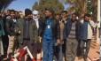 Imagem de TV local mostra reféns sendo libertados do campo de gás
