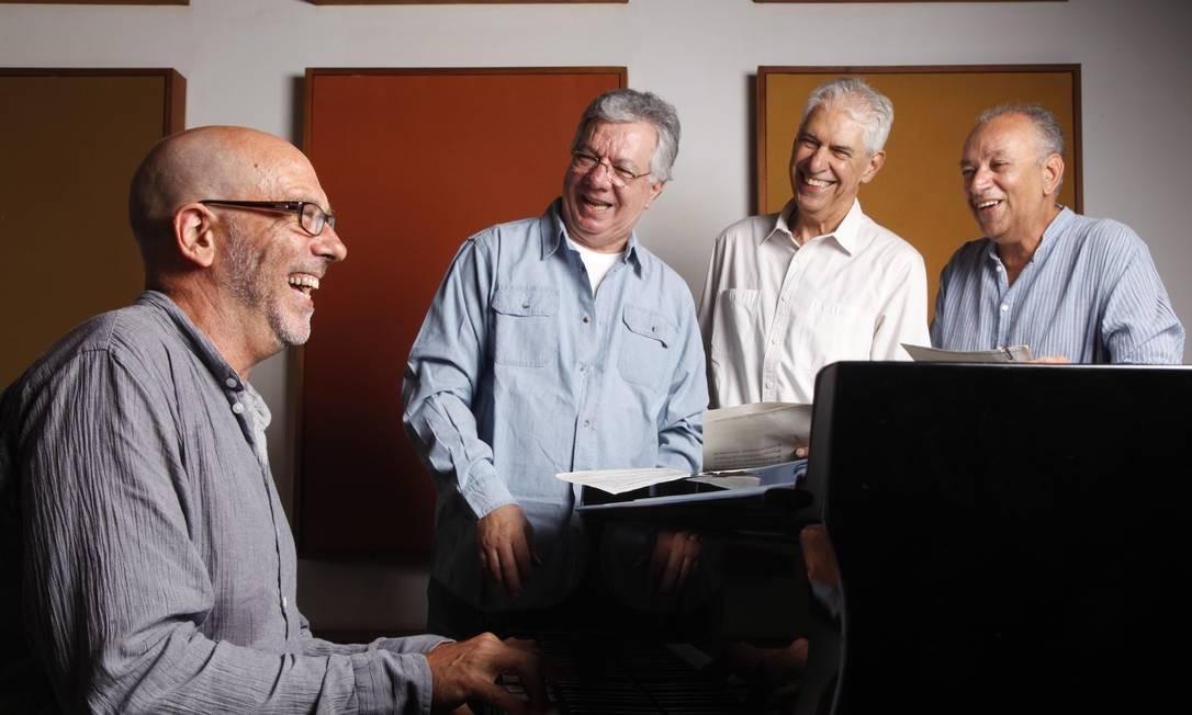 Vindo do Arranco de Varsóvia, Paulo Malaguti (ao piano) estuda com afinco as gravações de seu antecessor para os espetáculos que o MPB4 (com Aquiles, Miltinho e Dalmo, na ordem) fará na semana que vem no Teatro Rival Foto: Ana Branco / Agência O Globo