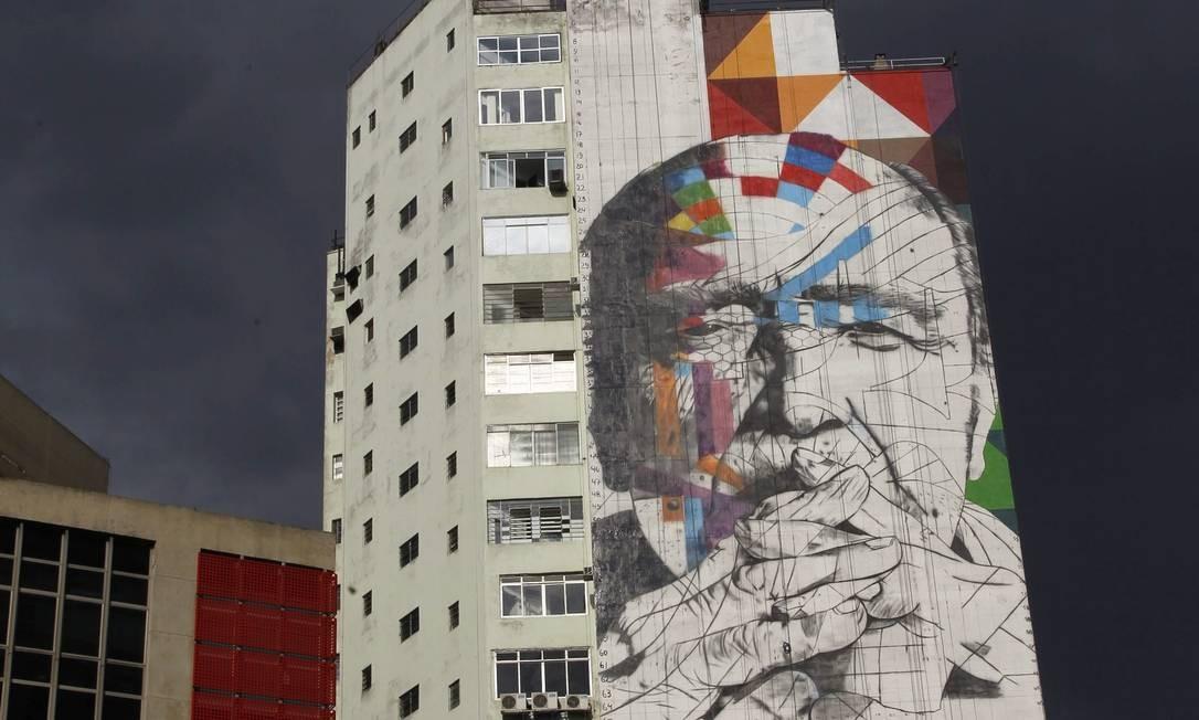 Painel gigante em homenagem ao arquiteto Oscar Niemeyer, na região da Avenida Paulista Foto: Marcos Alves / Agência O Globo