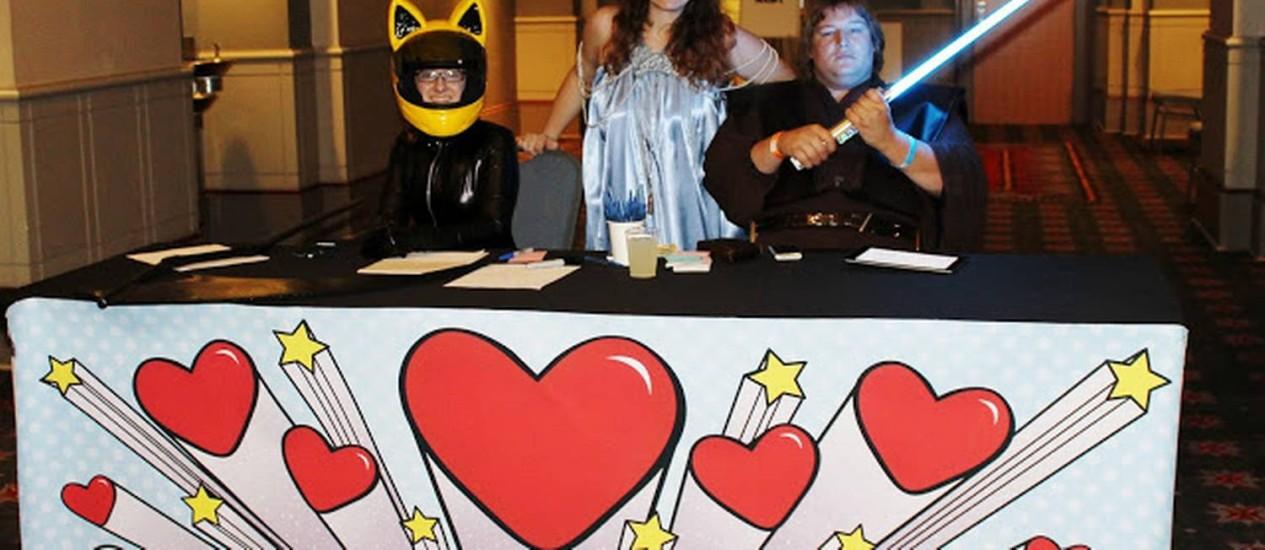 Ryan Glitch (direita), na bancada de inscrições da Sci-Fi Speed Dating Foto: Nerdsburgh.com / Reprodução