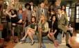 Miguel Falabella (ao centro) posa com o elenco de 'Pé na coba'