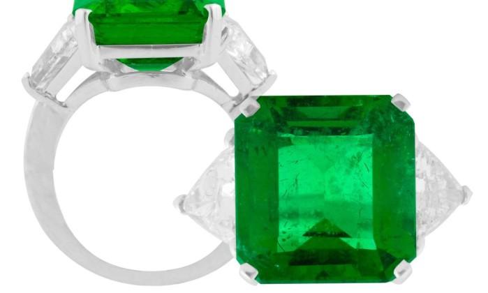 Anel de esmeralda com triângulos de brilhantes da Sara Jóias. Preço sob consulta Divulgação