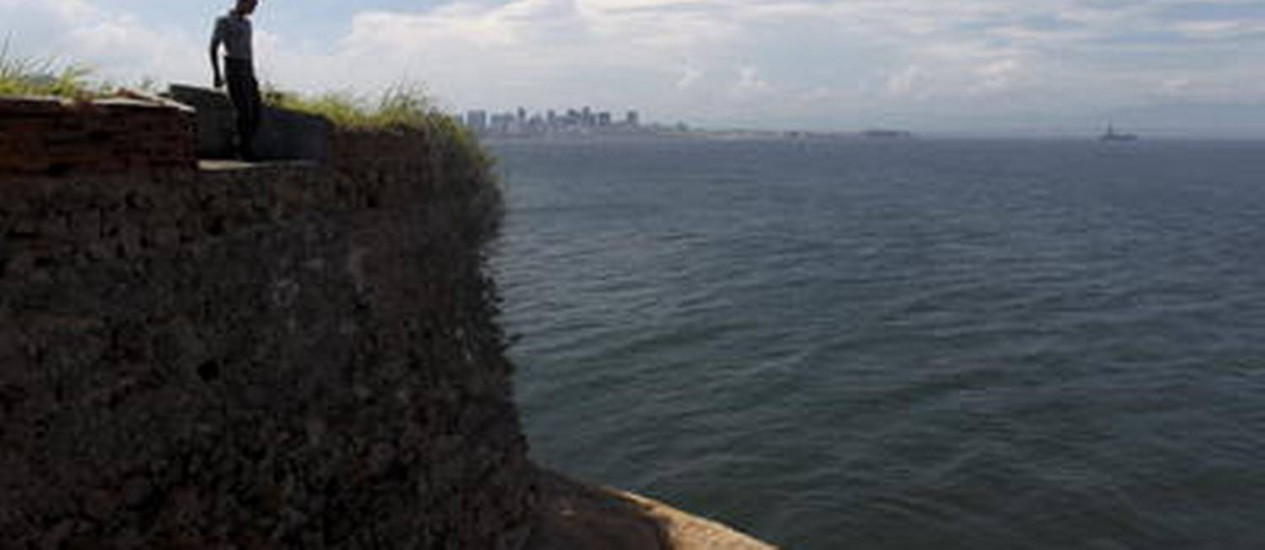 Ruínas de reduto dentro do Forte da Urca; vista privilegiada da Baía da Guanabara Foto: Custódio Coimbra / O Globo