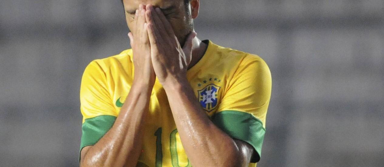 Felipe Anderson lamenta chance desperdiçada contra o Peru Foto: AP
