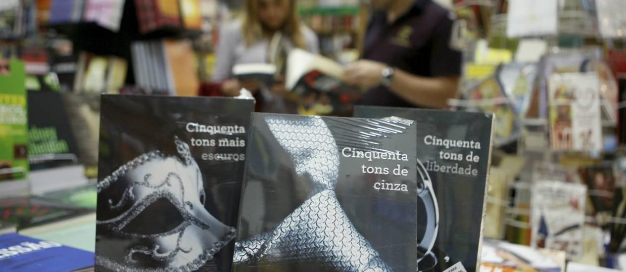 Censura. Livros da trilogia foram encapados com plásticos transparente e com uma advertência sobre faixa etária Foto: Gustavo Stephan / O Globo