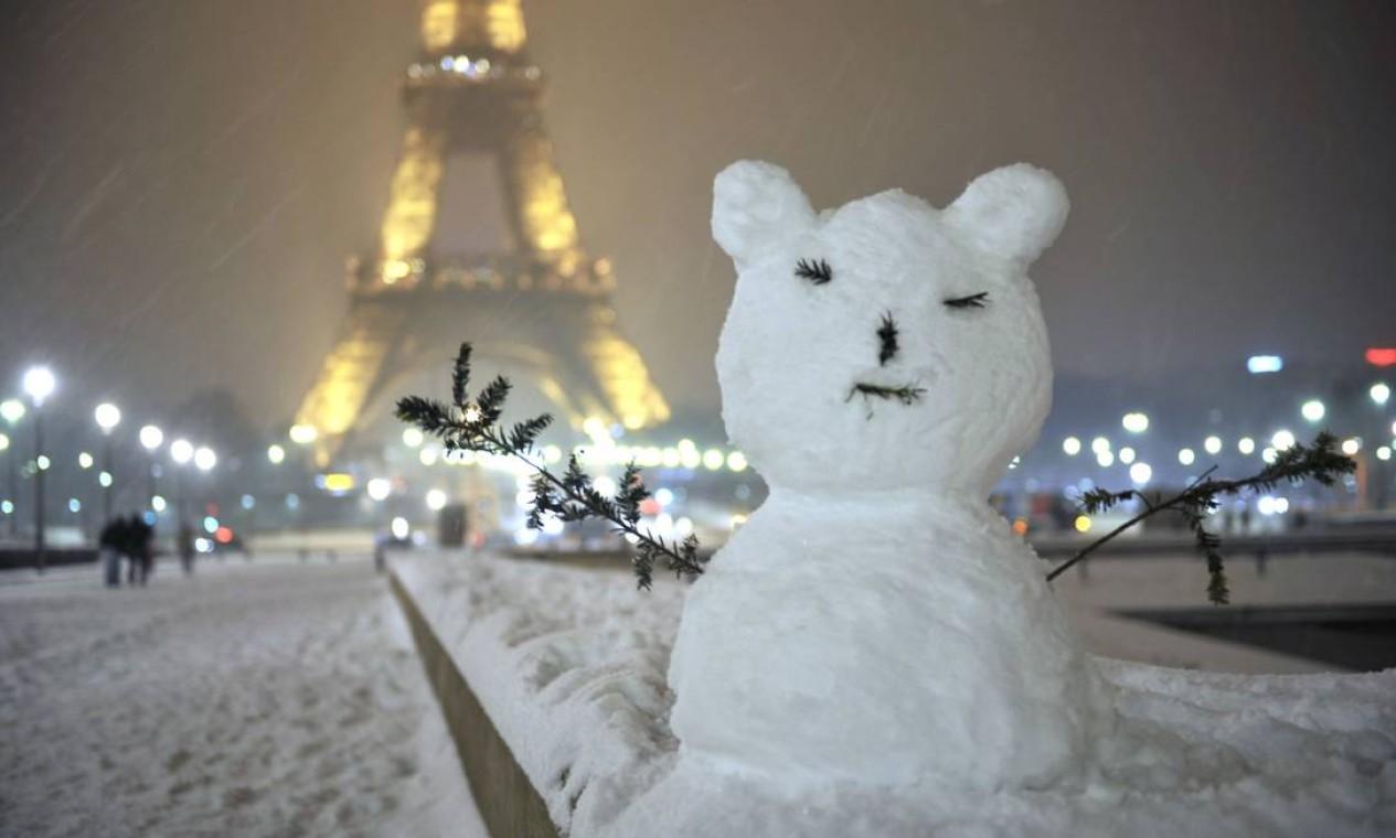 A primeira grande nevasca do ano na Europa causa transtornos no continente, mas também mostra a beleza do inverno nas capitais Foto: MEHDI FEDOUACH / AFP