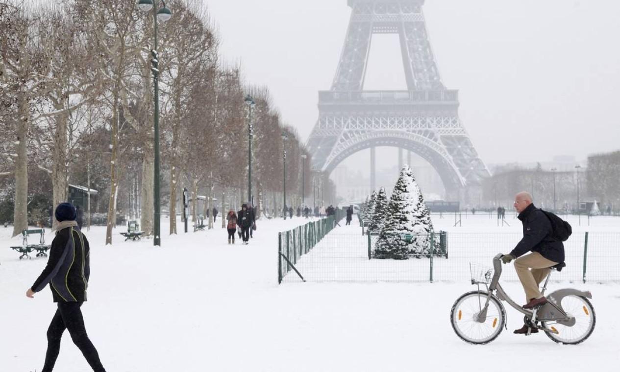 Na França, mais de 500 voos foram cancelados... Foto: JOHN SCHULTS / REUTERS