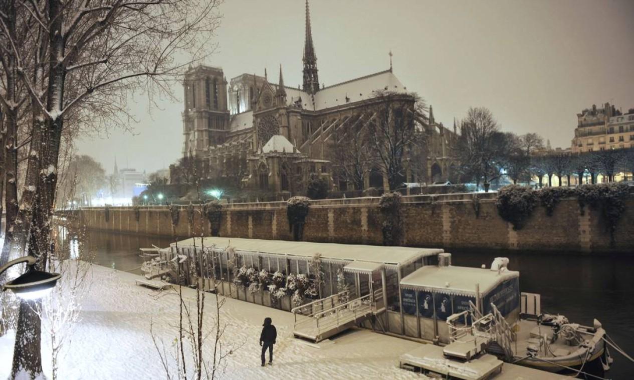 A ne ve também cobriu a Catedral de Notre-Dame em Paris, durante a noite Foto: MEHDI FEDOUACH / AFP