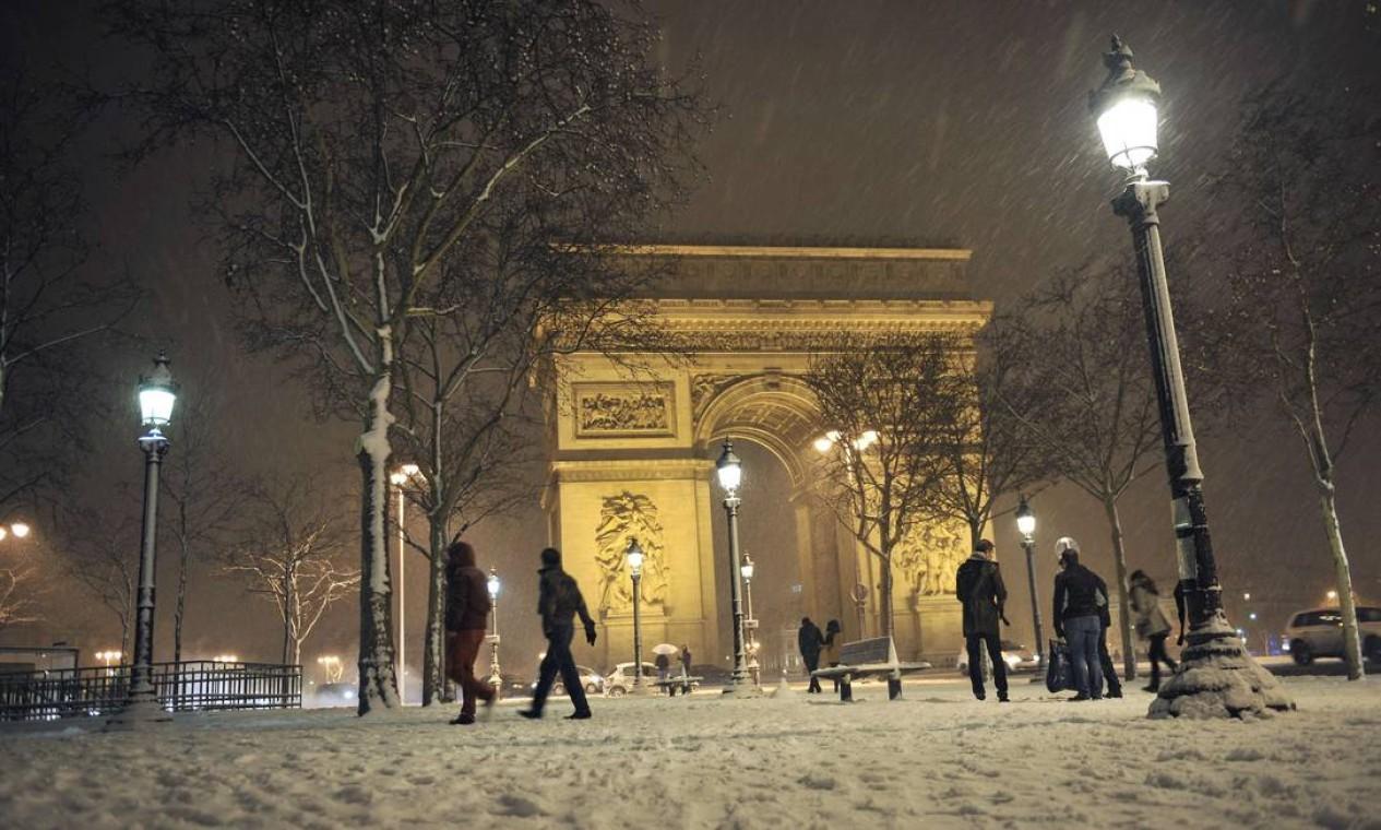 Parisienses andam na Avenida Champs-Elysees em meio à neve Foto: MEHDI FEDOUACH / AFP