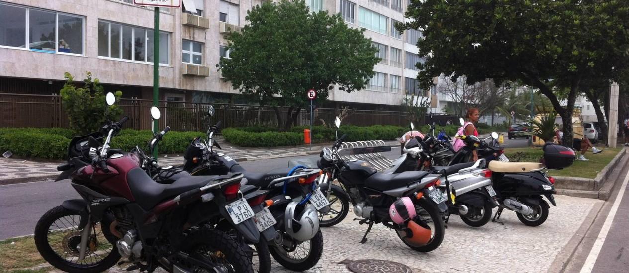 Placa autoriza estacionamento e motociclistas param em frente a bicicletário | Foto: Foto do leitor Rafael de Oliveira Macedo