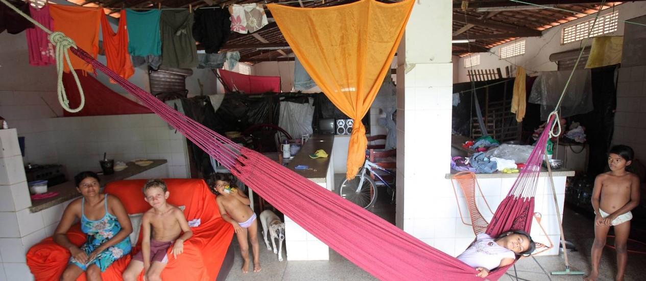 Família mora no mercado público de Jundiá, cidade criada no Rio Grande do Norte em 2001 Foto: Hans von Manteuffel