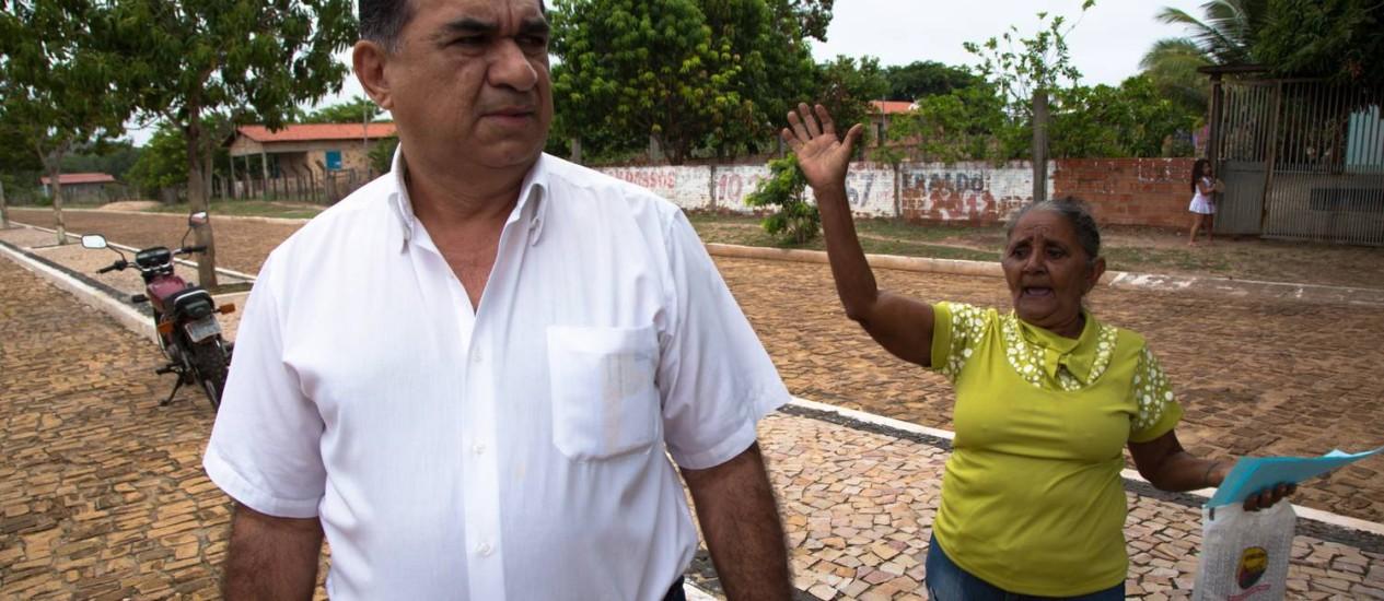 A aposentada Francisca PInheiro cerca o prefeito Antonio Milton para cobrar uma cirurgia de catarata Foto: João Brito Júnior