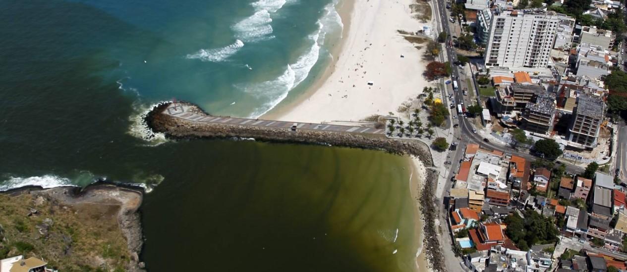 O Canal da Joatinga leva esgoto em direção à Praia da Barra, poluindo o trecho junto ao Quebra-Mar Foto: Custódio Coimbra / Agência O Globo