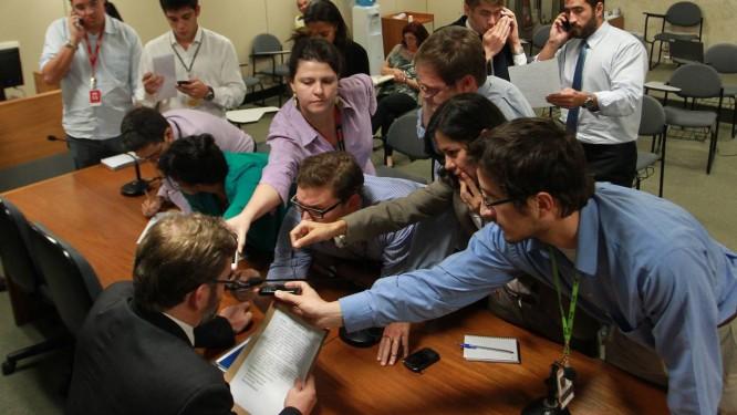 Jornalistas disputam espaço na divulgação da nova taxa de juros do Banco Central. Notícias precisam chegar rapidamente às corretoras Foto: FOTO: Ailton de Freitas / Agência O Globo