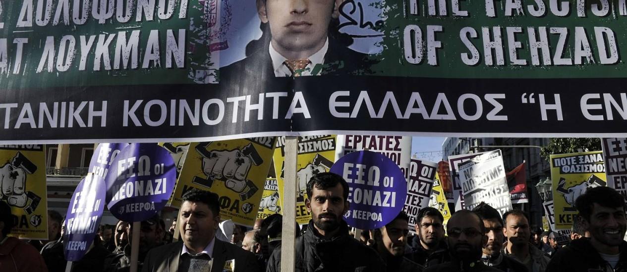 Membros da comunidade paquistanesa durante protesto em Atenas Foto: LOUISA GOULIAMAKI / AFP