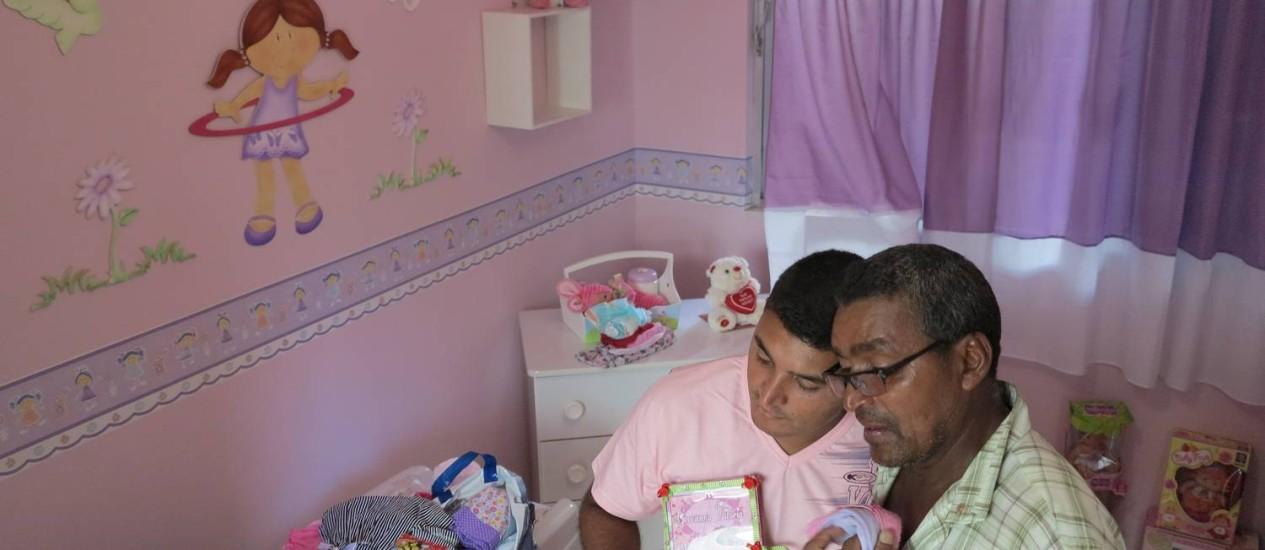 Família mostra o quarto da menina Geovanna, que morreu baleada na Baixada Fluminense Foto: Antônio Carlos Costa / ONG Rio de Paz