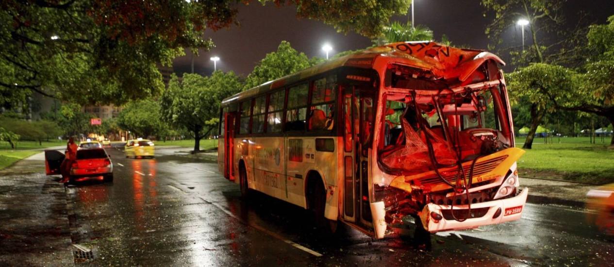 Após a colisão, ônibus rodou na pista e foi parar na contramão Foto: Gustavo Stephan / Agência O Globo