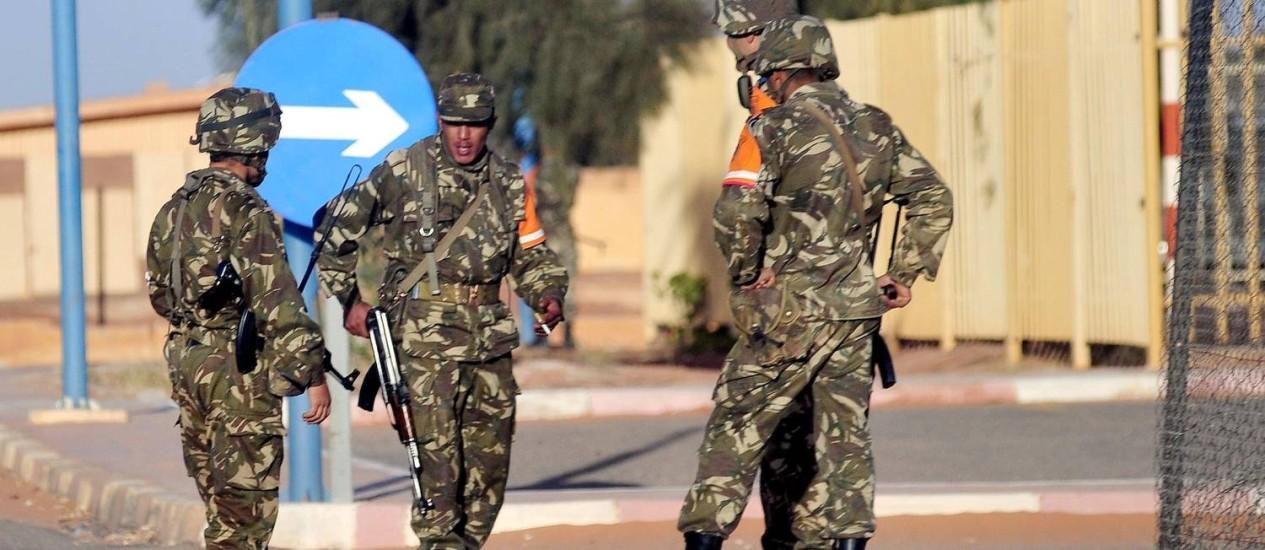 Soldados do Exército argelino fazem a segurança da entrada do aeroporto de In Amenas Foto: Mohamed Kadri / AP