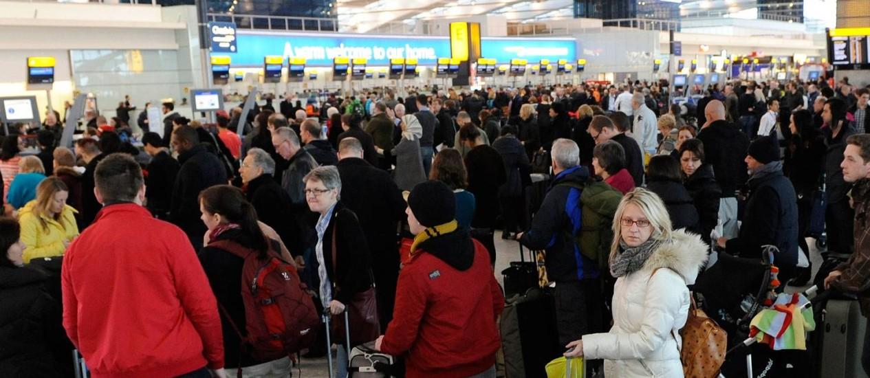 Caos no aeroporto de Heathrow após o cancelamento de cerca de 400 voos na sexta-feira Foto: - / AFP