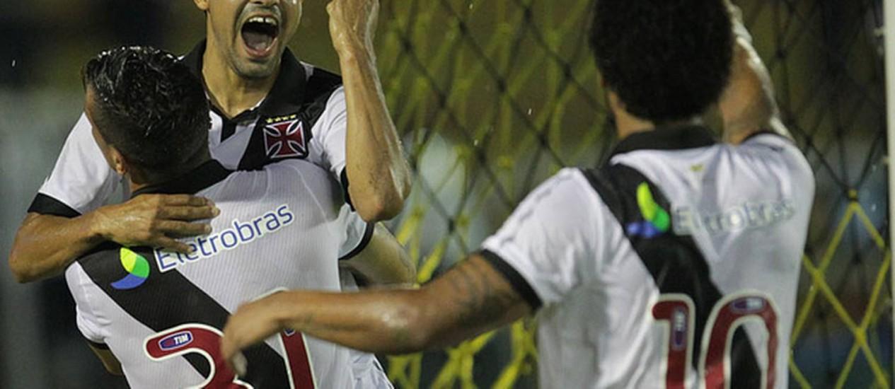 Éder Luís é abraçado após marcar o seu gol, um dos três da vitória do Vasco Foto: Marcelo Sadio / Divulgação/Vasco