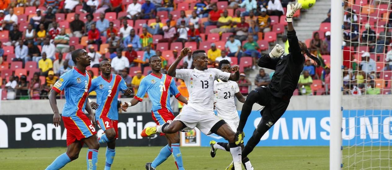 O gooleiro Kidiaba, de Congo, faz a defesa durante o empate com Gana por 2 a 2 Foto: Siphiwe Sibeko / Reuters