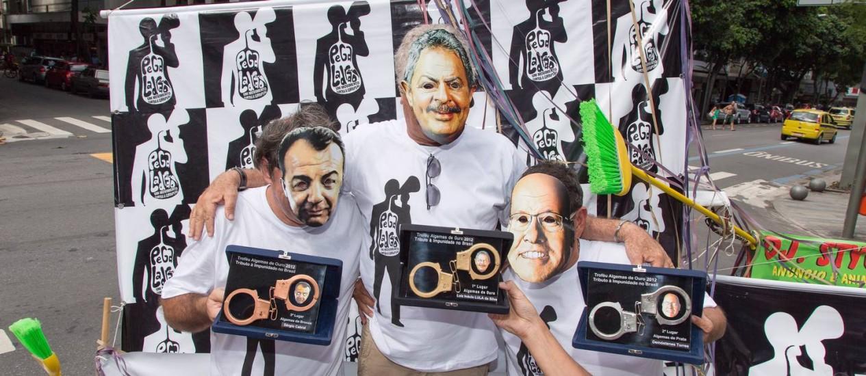 O Troféu Algemas de Ouro 2012, premiou os politicos Demóstenes Torres, Sergio Cabral e Lula, representados por integrantes mascarados do Movimento 31 de julho Foto: Leo Martins / Agência O Globo