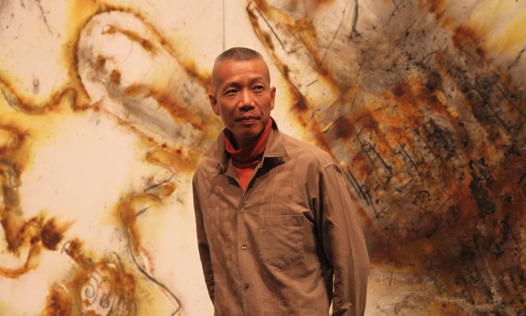 Fora da China há 20 anos, o artista posa em seu ateliê, em Manhattan Foto: Divulgação / The Museum of Contemporary Art of Los Angeles