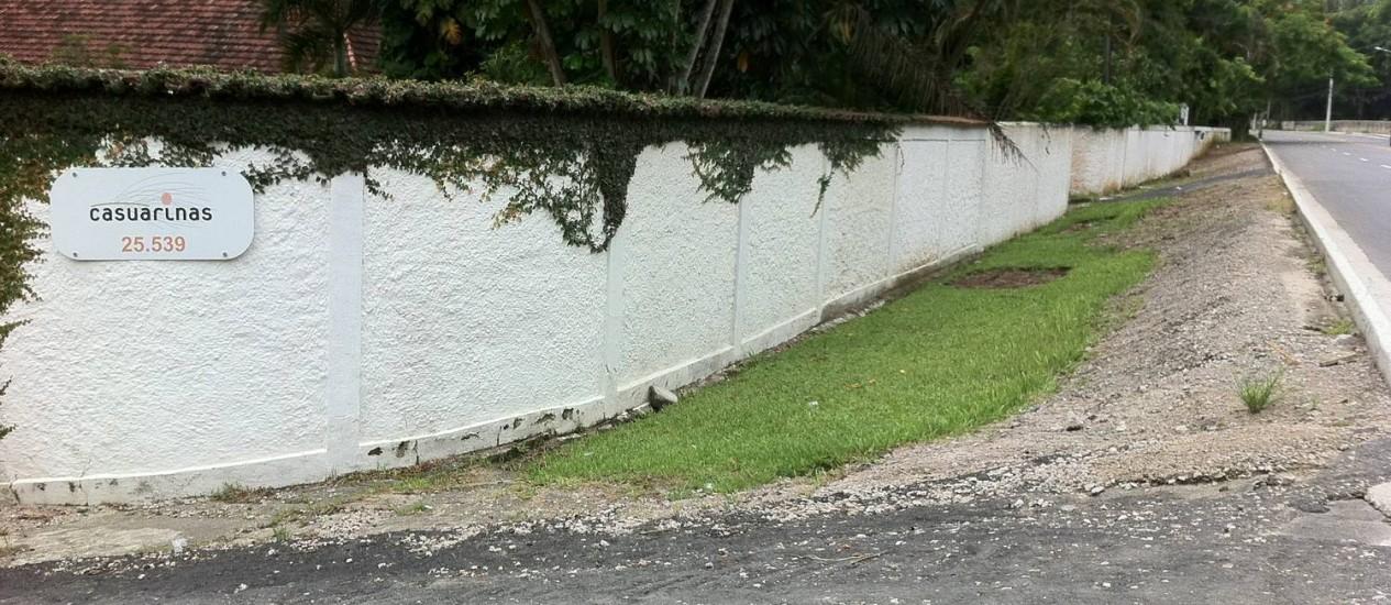 Desnível entre terreno e rodovia impede a passagem de pedestres e ciclistas em trecho da Estrada dos Bandeirantes. Foto: Foto da leitora Shalimar Catramby / Eu-Repórter