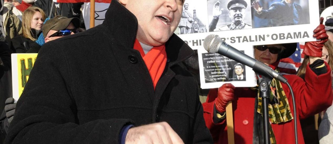 Deputado Steven F. McLaughlin dá entrevista durante um protesto pró-armas Foto: HANS PENNINK / REUTERS