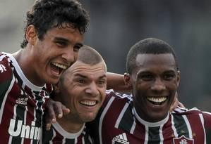 Wagner (no meio) comemora um de seus dois gols contra o Nova Iguaçu Foto: Bruno Gonzalez / O Globo