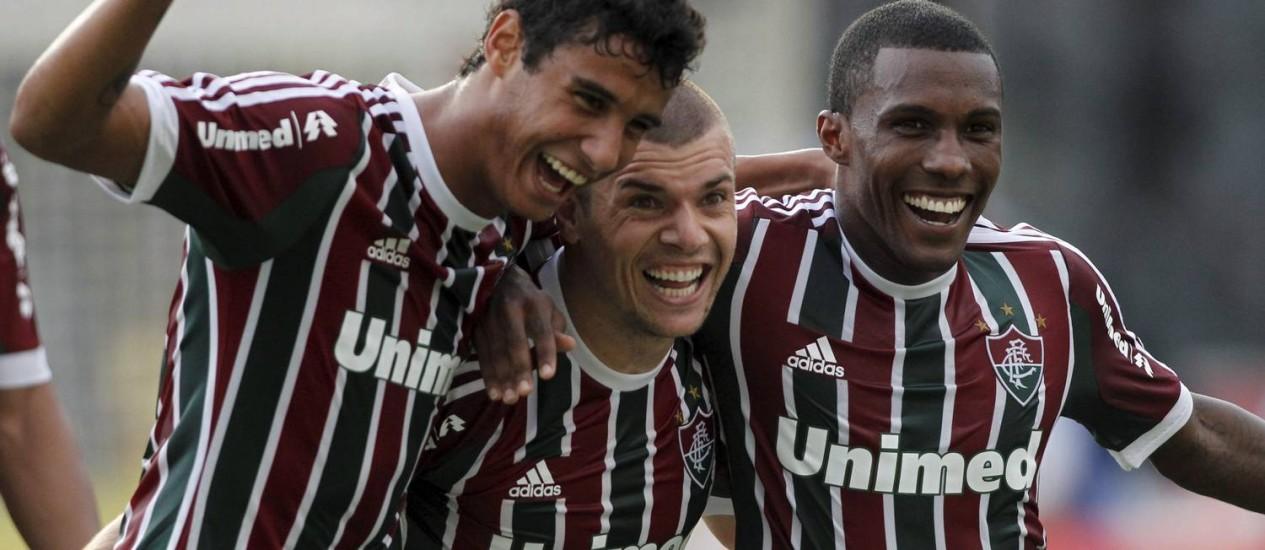 Wagner (no centro) é abraçado pelos jogadores do Fluminense ao marcar um dos dois gols da partida Foto: Bruno Gonzalez / O Globo