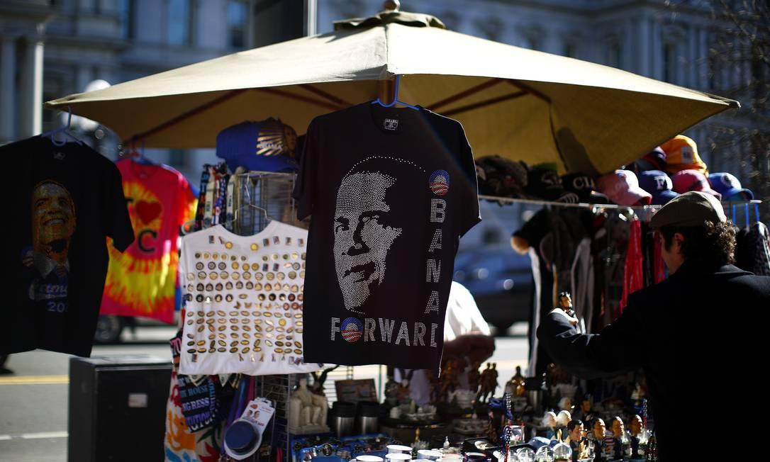 Perto da Casa Branca, ambulantes aproveitam a data para vender lembranças e camisetas de Obama ERIC THAYER / REUTERS