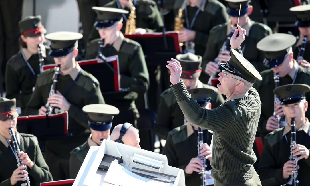 A banda dos Fuzileiros Navais ensaia no Capitólio dos EUA, neste domingo. Eles se apresentam oficialmente na segunda-feira, às 14h30 de Brasília, com corais de Nova York e do Tennessee JOHN MOORE / AFP