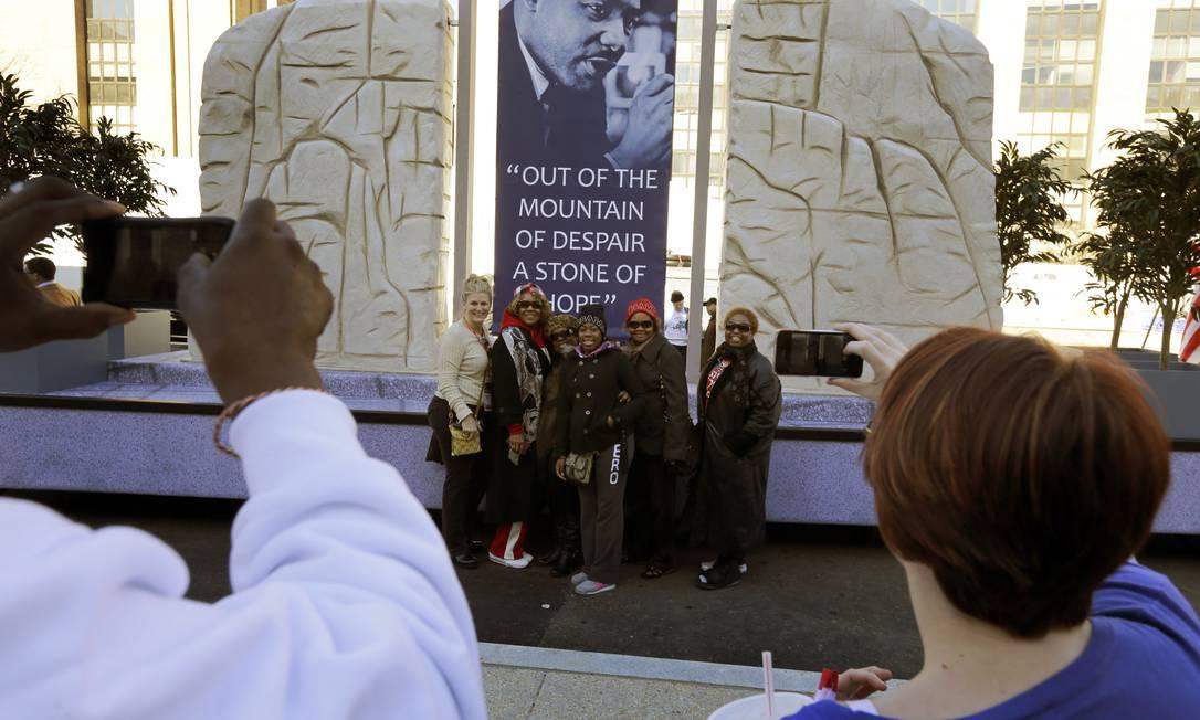 Pessoas tiram foto em frente ao Memorial de Martin Luther King, que será um dos homenageados no discurso oficial do presidente dos EUA nesta segunda-feira Alex Brandon / AP