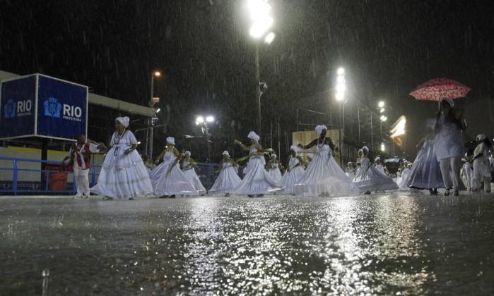 """Baianas fazem a tradicional cerimônia de """"lavagem"""" da Marquês de Sapucaí. Na foto, a avenida alagada pela chuva que caiu na noite deste domingo Bruno Gonzalez / Extra/ Agência O Globo"""