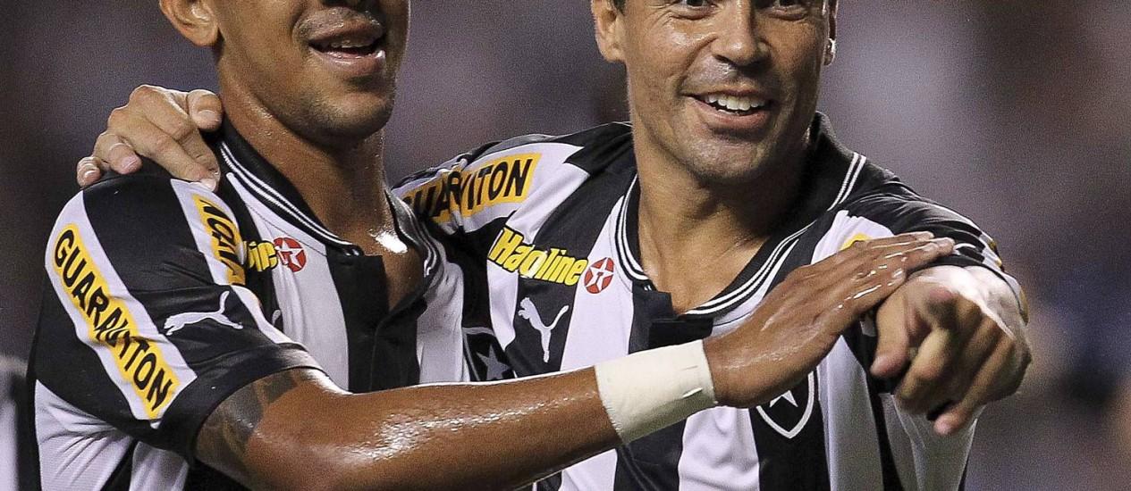 Antônio Carlos e Bolívar comemoram um dos gols do Botafogo: Os dois marcaram contra o Duque de Caxias Foto: Alexandre Cassiano / O Globo