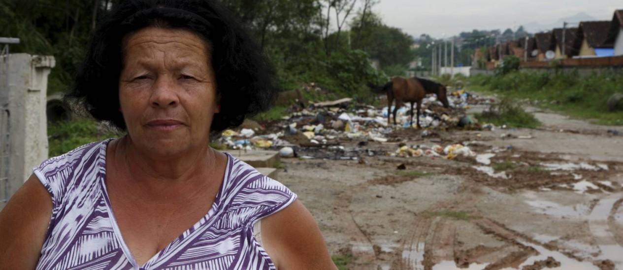 Marli Abraão Pereira: 'Perdi a conta de há quantos meses não tem coleta de lixo' Foto: FOTO: Marcos Tristão / Agência O Globo