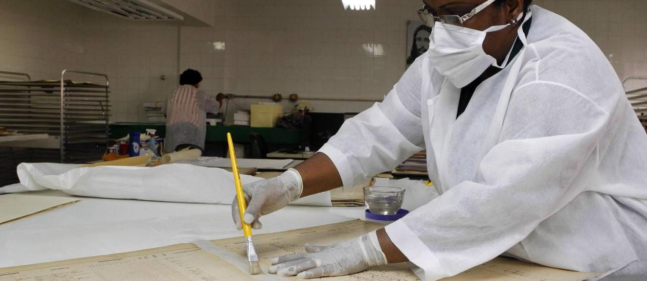 Restauradora trabalha no Arquivo Público da Bahia: construção tombada não passa por reforma há pelo menos 40 anos Foto: FOTO: Eduardo Martins / Agência A Tarde