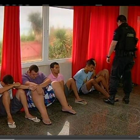 Prisão. Cinco membros da quadrilha de hackers presa: cada golpe desviava R$ 130 mil de contas Foto: Terceiro / Reprodução