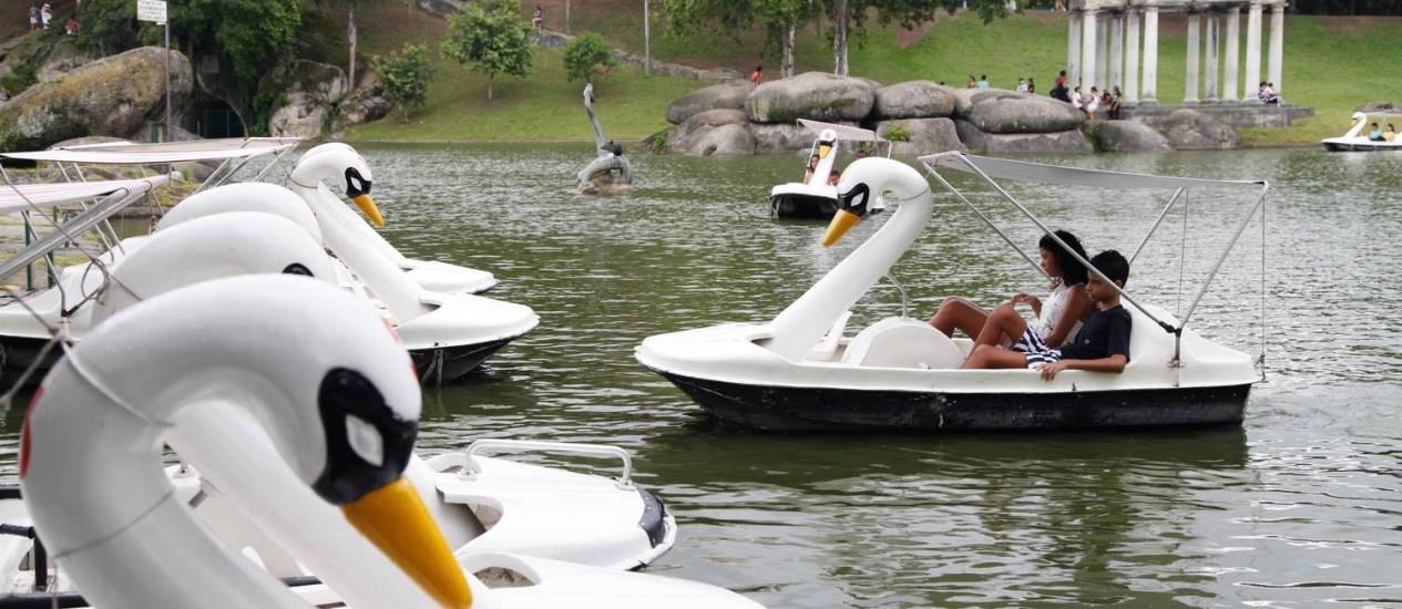 Ao ar livre. A bordo de um pedalinhos em formato de cisne, o visitante pode apreciar a vista a partir dos lagos Foto: Ana Branco / O Globo