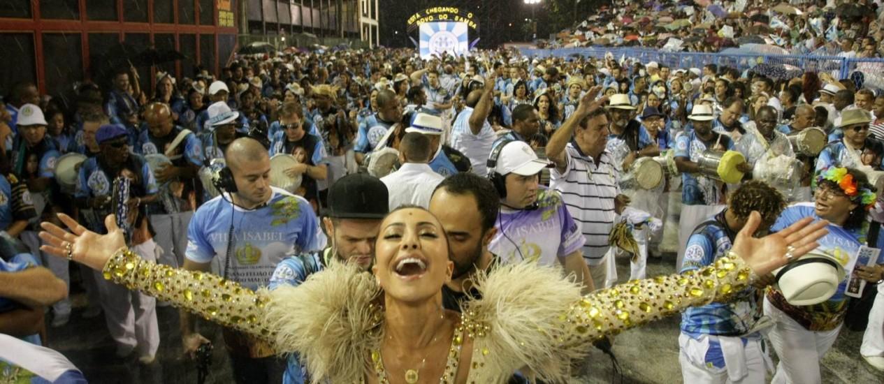 Musa. Sabrina Sato, rainha de bateria da Vila Isabel, à frente dos ritmistas da escola Foto: Bruno Gonzalez / Agência O Globo