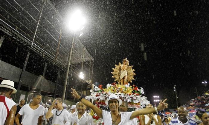 Como o dia da lavagem coincidiu com o de São Sebastião, a Liga Independente das Escolas de Samba (Liesa) fez uma escultura do santo católico para entrar também na avenida Bruno Gonzalez / Extra / Agência O Globo