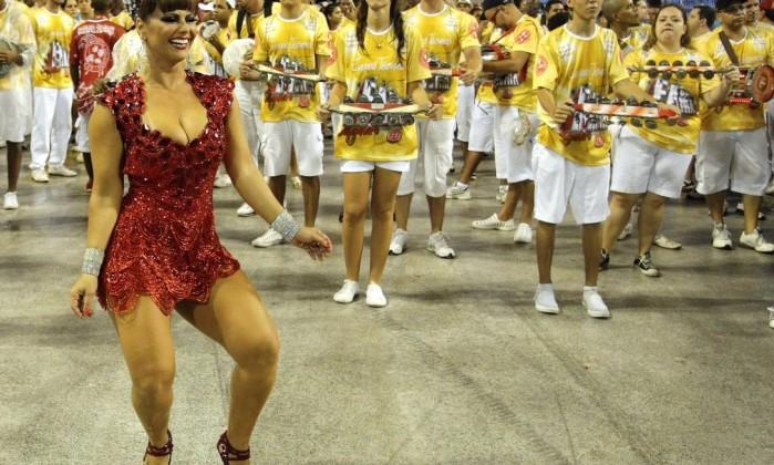 Viviane Araújo, a rainha de bateria do Salgueiro, a segunda e última escola a passar pela Sapucaí neste domingo Bruno Gonzalez / O Globo