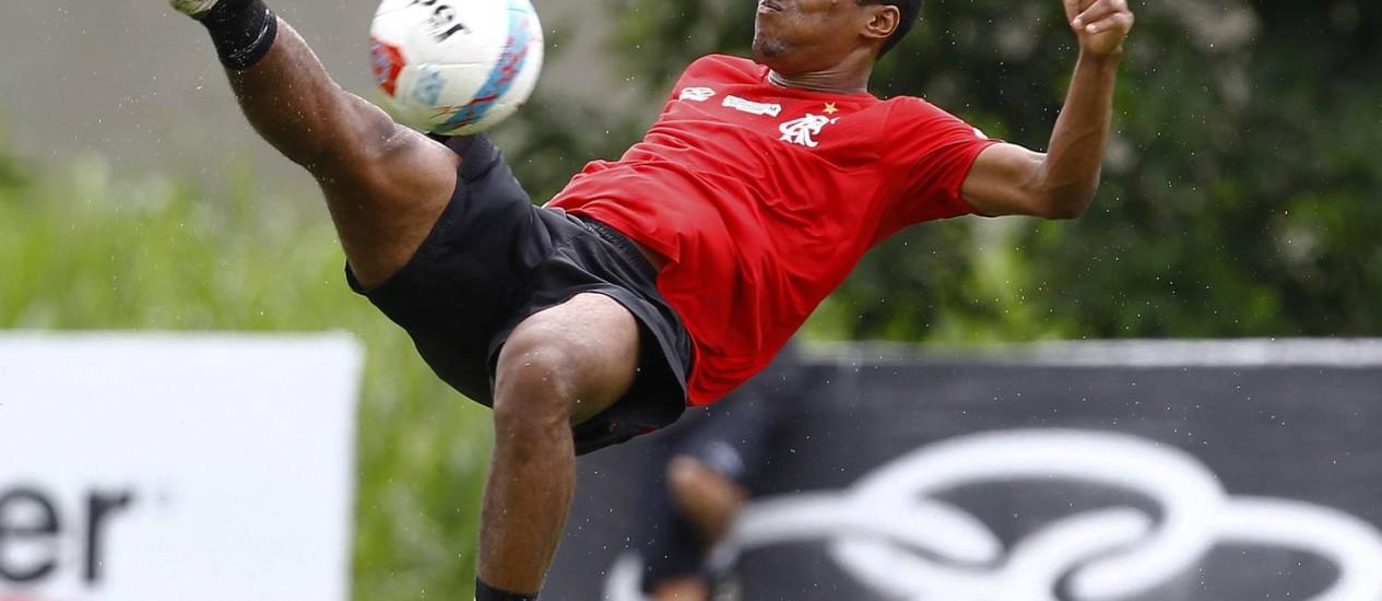 Elias tenta uma bicicleta no treino do Flamengo nesta segunda Foto: Jorge William