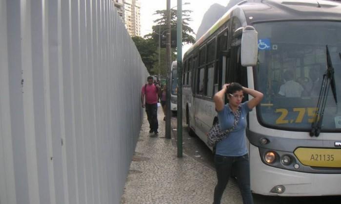 Em São Conrado, tapumes e ônibus estacionados sobre a calçada estreitam o caminho dos pedestres junto à Autoestrada Lagoa-Barra Foto do leitor Dácio de Carvalho / Eu-Repórter