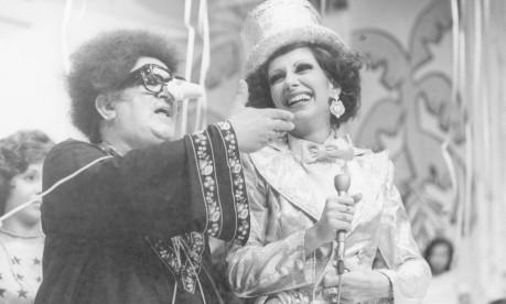 Em 1975, Marilia participa do Cassino do Chacrinha. Na foto, ela conversa com o próprio em gravação na TV Globo Foto: Divulgação